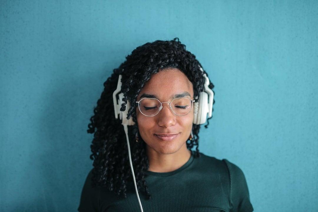 20+ podcasts negros para você ouvir nessa quarentena