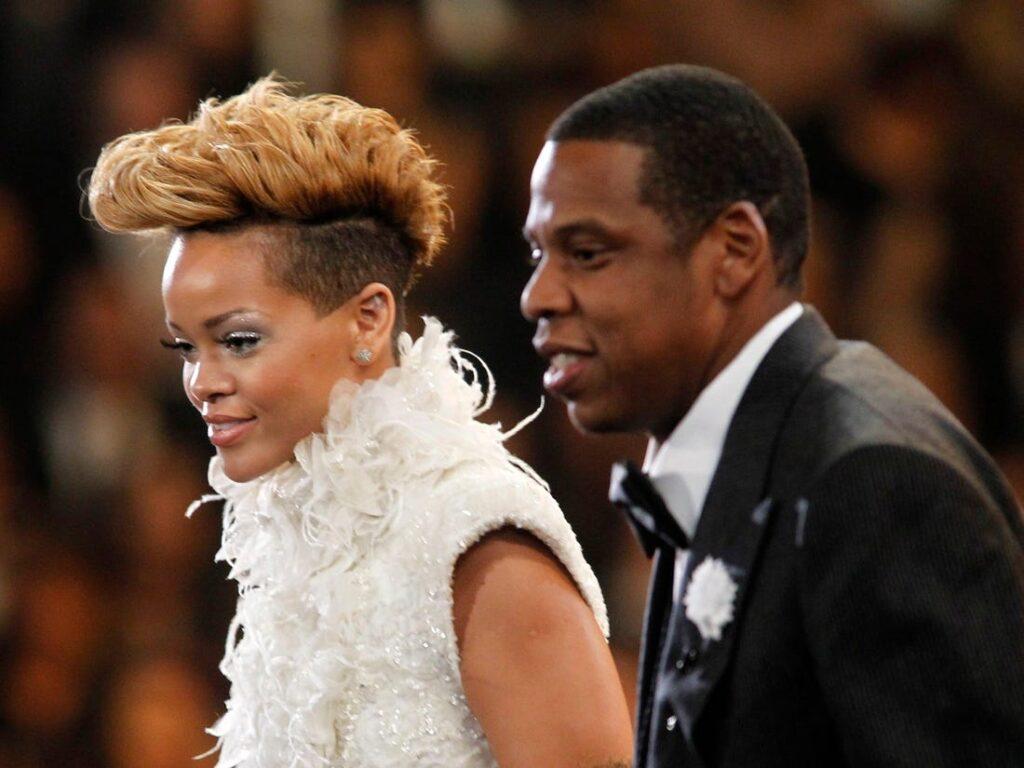 Jay-Z e Rihanna com roupas de gala em algum evento