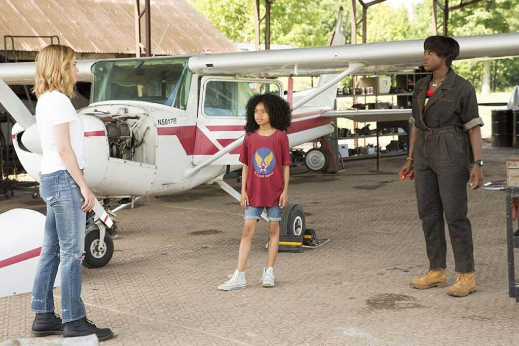 Carol Danvers à esquerda, na frente, Monica Rambeau no meio e a mãe de Monica na direita no filme Capitã Marvel.