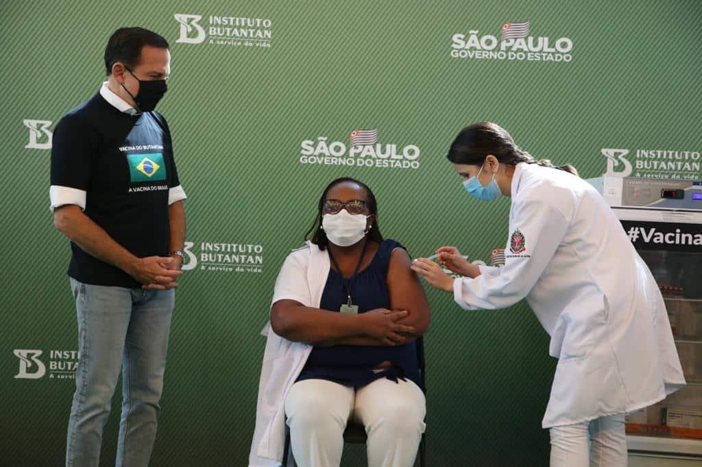 Enfermeira negra é 1ª a receber vacina da Covid no Brasil